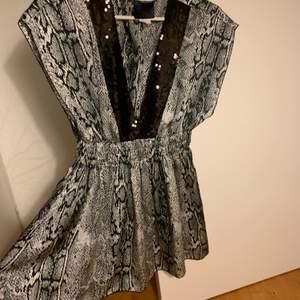 En tröja från usa tidigt 2000-tal mycket gossip girl vibes men påminner mig även om de moderna fest topparna