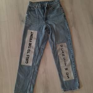 Coola vida jeans från monki i väldigt fint skick! Väldigt högmidjade och sköna i en kortare modell❤ passar xs/s