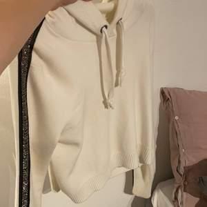 Stickad hoodie som är kortare i modellen. Har fina detaljer på armarna där det är som paljetter eller glitter eller vad man kan kalla det. Köparen står för frakt. Storlek medium med passar bra på XS/S