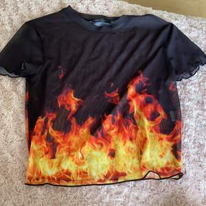 En eld topp från Bershka som jag köpte i Spanien 🇪🇸💗 har bytt stil så jag använder den inte längre