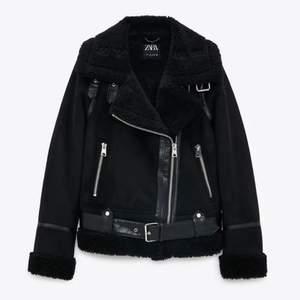 Zara jackan shearling, i storlek L. Jacken ger en oversize fit då är är en storlek L om man inte är L men passar S,M också! Har använt jackan i en vinter och den är i fint skick. 💗 den kostade 850kr men säljer den för 250kr. Kan mötas upp i Stockholm annars står köparen för frakten.