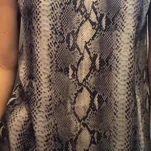 Ett jättesnyggt orm mönstrat linne i ett bra skickt som har används en gång, från twist and tango i strl 36