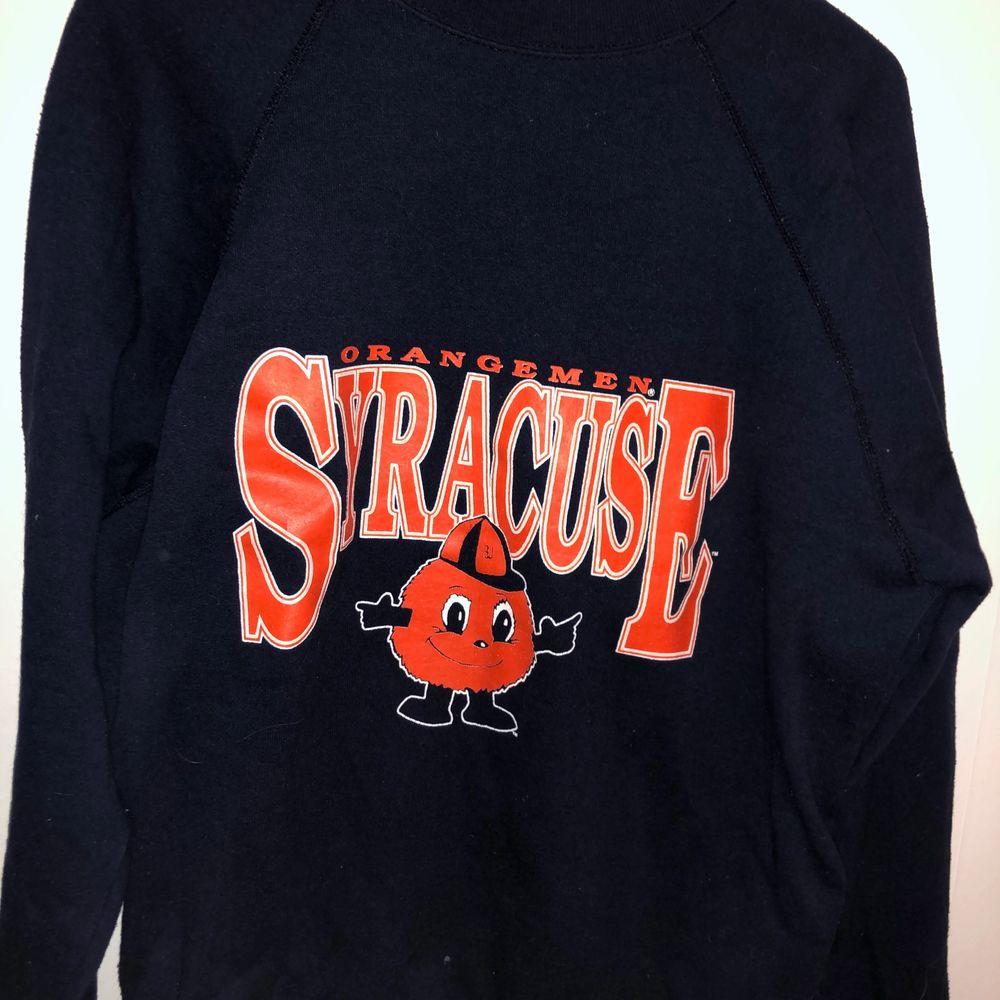 Mörkblå sweatshirt med orange tryck på bröstet, oversized och väldigt bekväm! Den har varit en favorit hos mig men är nu redo att flytta hem till någon annan 💕✨☁️. Huvtröjor & Träningströjor.