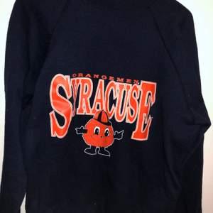 Mörkblå sweatshirt med orange tryck på bröstet, oversized och väldigt bekväm! Den har varit en favorit hos mig men är nu redo att flytta hem till någon annan 💕✨☁️