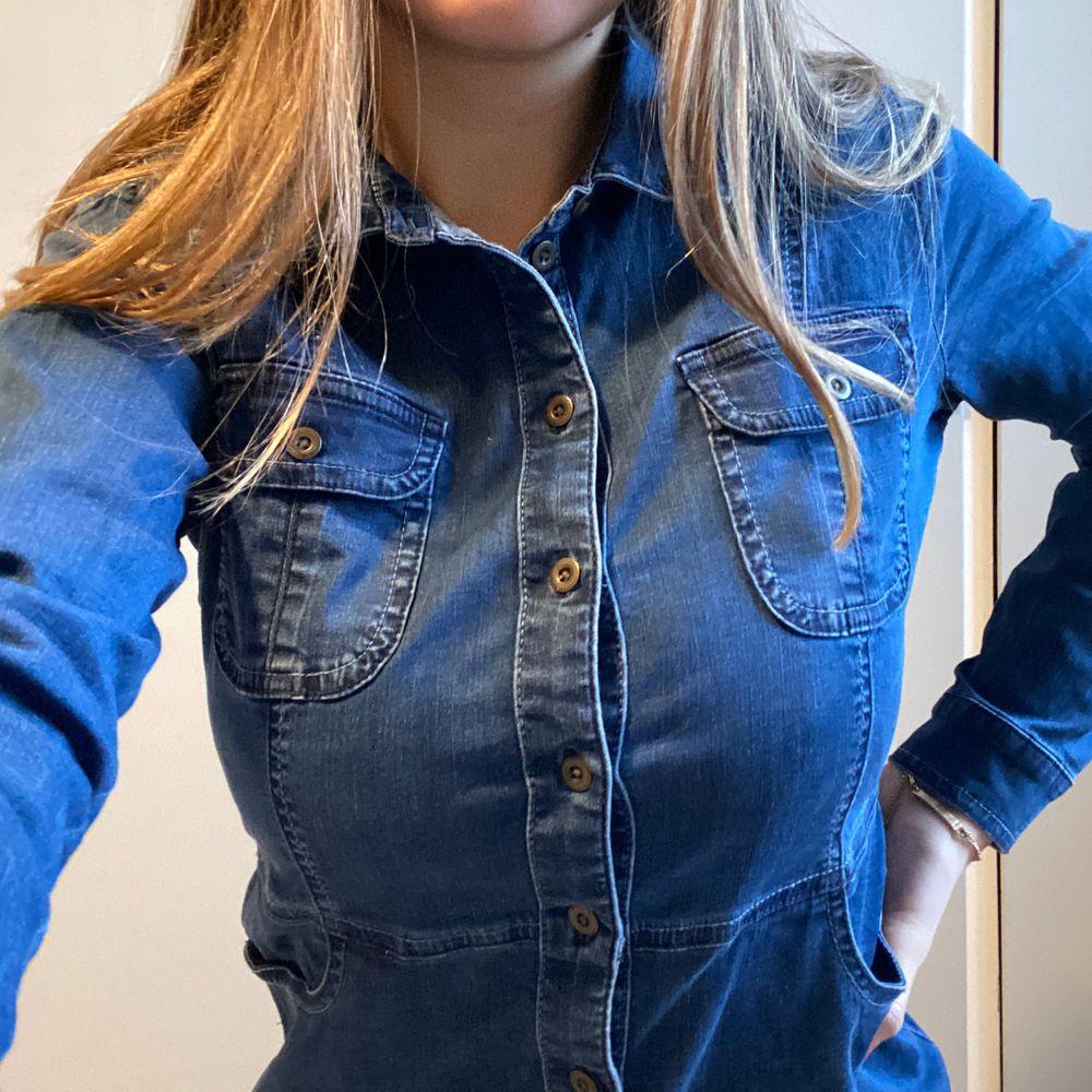 Så fin klänning från märket EDC🍒🍒 Så himla himla fin men tyvärr kommer den inte till användning då det inte riktigt är min stil:(💘 Kan mötas upp i Göteborg annars står köparen för frakt 📦🍒🧡. Klänningar.
