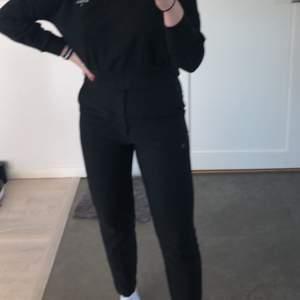 Suuuperfina kostymbyxor från Gina tricot. Nyskick och säljer pga för små. Knappt använda. Pris kan diskuteras. Köparen står för frakt. Kan fraktas med andra varor.