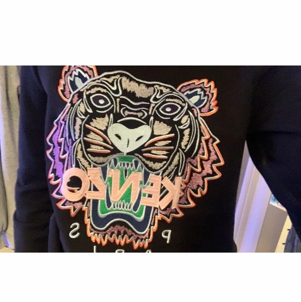 Äkta kenzo sweatshirt, säljer pga den kommer inte till användning längre. Finns inga fläckar eller liknande. Passar bra på mig som vanligtvis har S eller M i storlek. Köparen står för frakten❤️. Toppar.