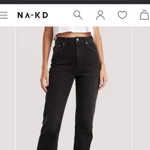 Fina svarta jeans från NA-KD. Köpte dem för 519kr. Säljer för kommer aldrig till användning eftersom har vuxit ur dem. De har inte blivit så använda eftersom de passade inte riktigt mig, men de är riktigt fina. Storlek 36. Är 168 och de sitter bra på mig i längd. ( den som köper betalar frakt)