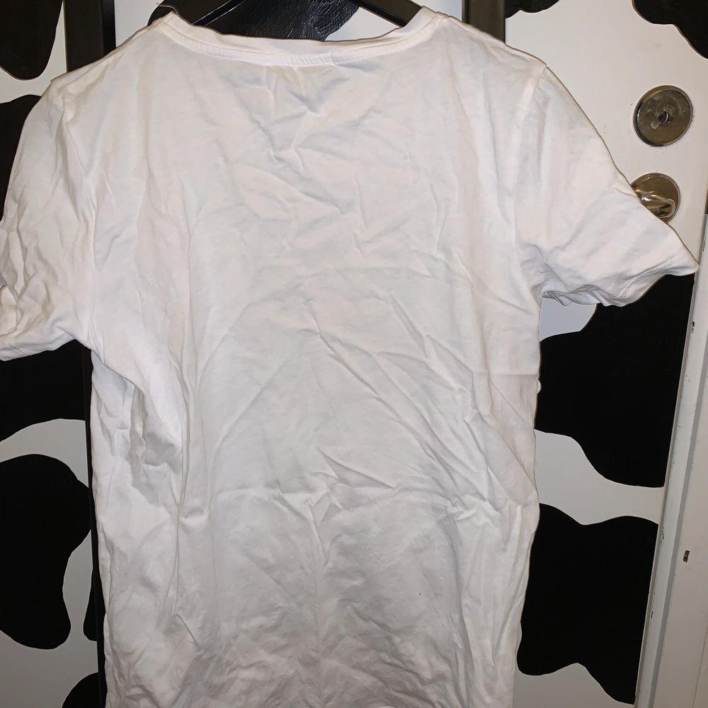 jätte fin tröja köpt på nakd. super bra kvalitet. knappt använd. storlek xs. frakt tillkommer på 24kr.💗💗💞. T-shirts.