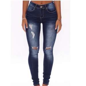 Jeans från Fashion Nova i storlek S (36) i färgen DarkWash med lite slitningar på knäna och låren! Byxorna är oanvända och ligger kvar i sin original förpackning! Jeans är i bra kvalitet och känns som äkta!  Köpare står för eventuell frakt!