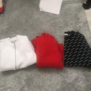 KLÄDPACK💓💓💗 Tre jättefina tröjor i fint skick! Vit zip-kofta otroligt skön strl S (passar större oxå). Från NAKD. Röd härlig stickad strl S men passar M från GINA. Svart ZARA tröja strl M , as fin!! 🥺 lite croppad.  Alla tröjor passar både M och S. 80kr för alla tröjor