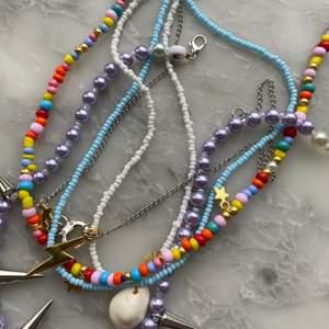 Så sjukt fina färglada halsband som pssar perfekt inför sommaren och våren! Frakten är 12kr men ingår vid köp av två smycken eller mer!💗