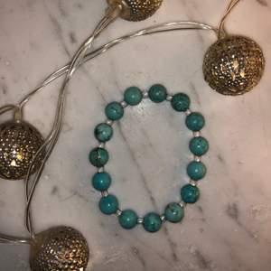 Hemmagjort blått armband💙 Ljusblåa pärlor med små genomskinliga pärlor emellan🤍