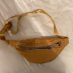 Säljer detta senapsgual fannypack från Monki då det inte kommer till användning!💓 Köoaren står för frakt😊