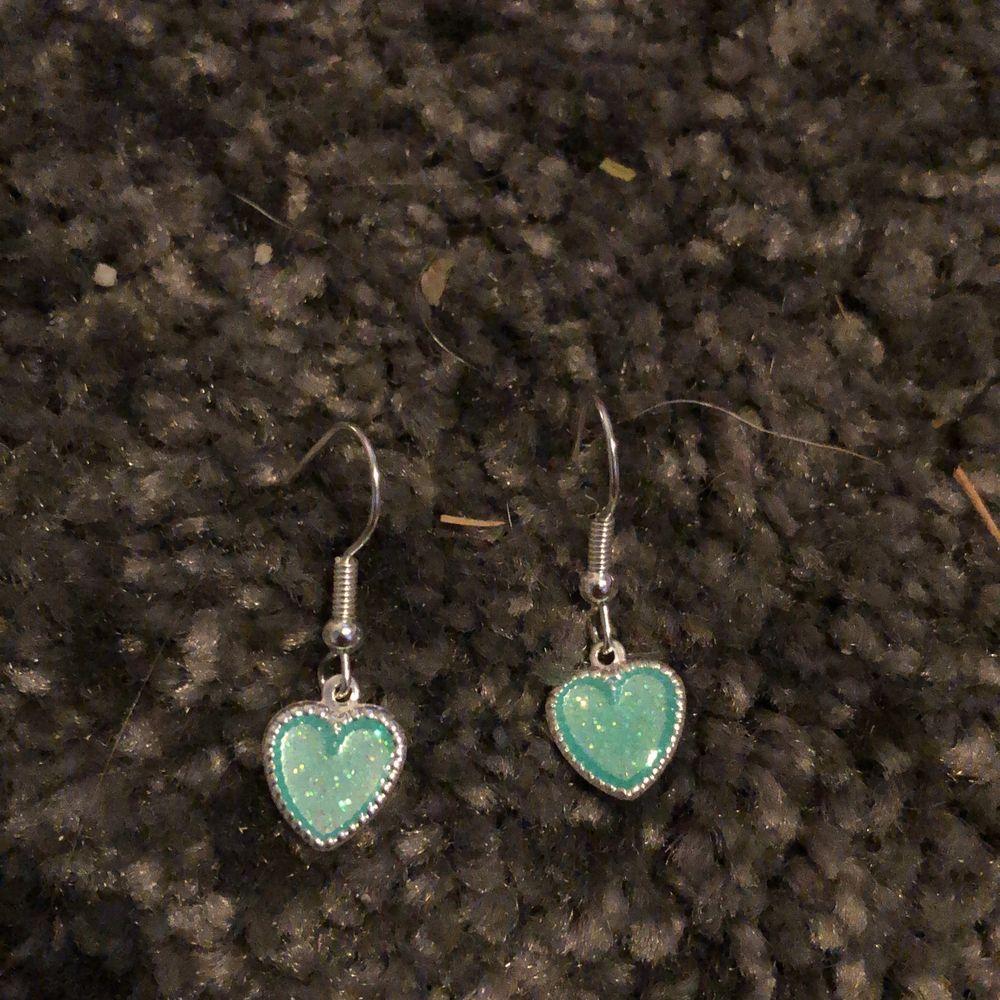 Hemmagjorda örhängen med blåa hjärtan. Nickelfria. Sammfrakta Järna. Vid fler frågor eller bilder skriv privat💙💙. Accessoarer.