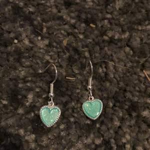 Hemmagjorda örhängen med blåa hjärtan. Nickelfria. Sammfrakta Järna. Vid fler frågor eller bilder skriv privat💙💙