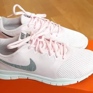 Säljer mina Nike skor i stl 38. Använda 1 gång utomhus. Pris. 300kr + frakt. Betalning sker via Swish. Jag skickar med posten. Referenser finns från mina tidigare köpare. Skicka PM vid intresse. ♡
