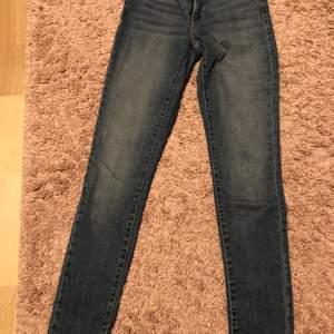 Knappt använda levis jeans! Bra passform