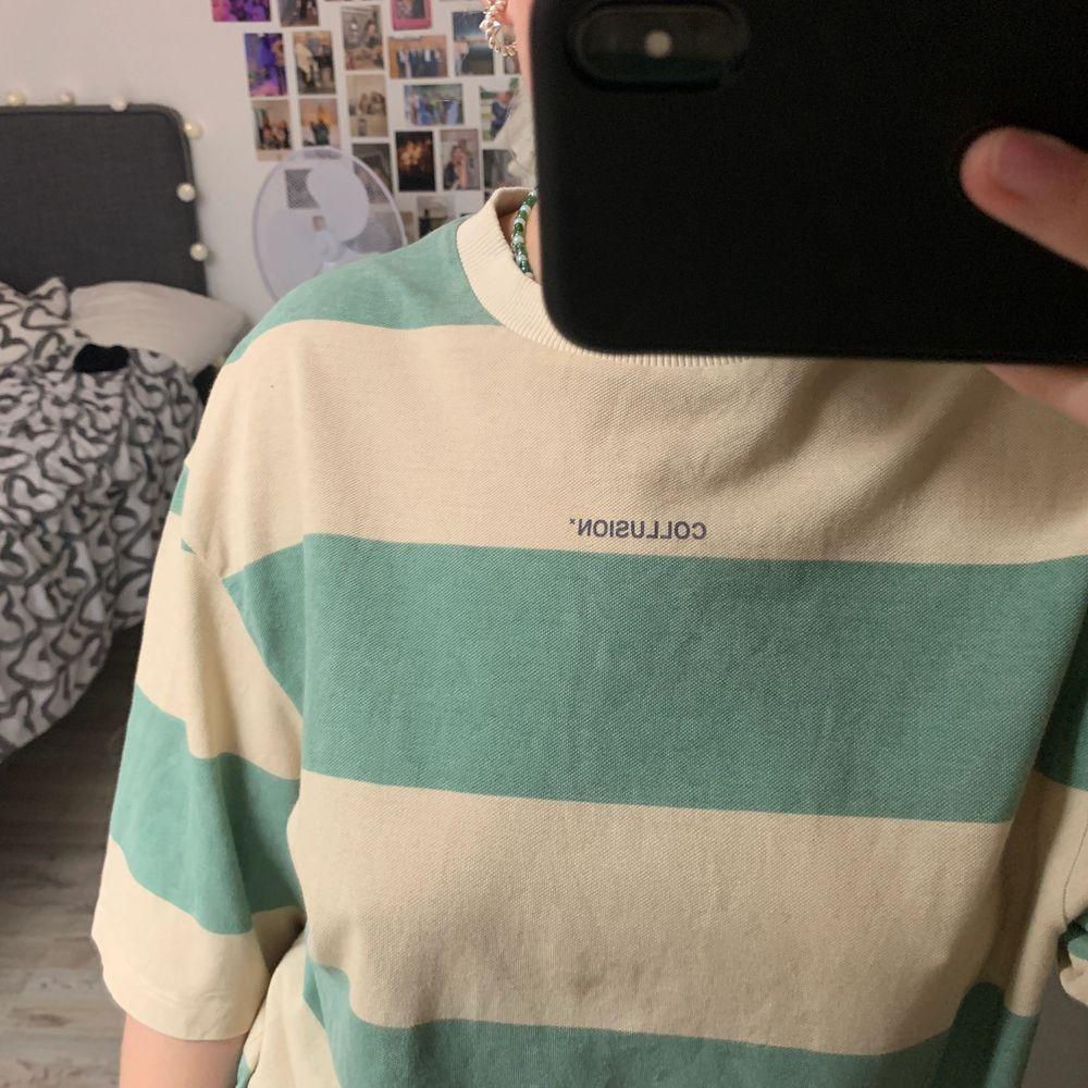 skitsnygg tshirt från asos collusion! storlek xs men ganska oversized . T-shirts.