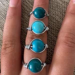 Blå/gröna ringar för 25kr +frakt per ring❤️ om du är intresserad så är det bara att kontakta mig! Storlek väljer man själv💍 Det finns i färgerna 🍀mörkblå/mörkgrön ring🍀🦋blå ring🦋   🪁ljusblå ring🪁  försöker posta paketen så snabbt som möjligt! Frakt=10kr
