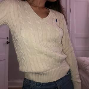 Så fin kabelstickad tröja från polo Ralph lauren💕 aldrig använd!! Strl XS