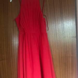 Säljer en jätte fin röd klänning 🥰 •Storlek 34/XS •Använt 2 ggr  •200kr + 96kr (frakt)  •Färg: röd ❤️ •Lite öppen i ryggen + justerbara band