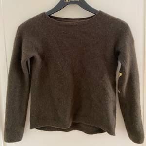 Mörkgrön Zadig tröja med gulliga stjärnor på armbågarna. Använd några gånger men är i väldigt bra skick. Strl XS. 100% Cashmere