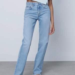 """Lågmidjade jeans från zara i modellen """"midrise straight"""" men jag tycker de är mer lågmidjade än midrise, för de går under naveln på mig. Storlek 38/ medium, passar mig som brukar ha 36/Small. Fler bilder finns, bara att skriva 💘💘💘"""