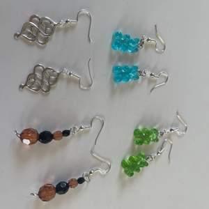 Säljer egengjorda örhängen (även armband och halsband på min konto) för 15-20kr + 12 kr frakt. Örhängena är som insperation men går att köpas. Designa egna örhängen men berlockerna och pärlorna på bild 2/3. Kom privat för fler frågor.