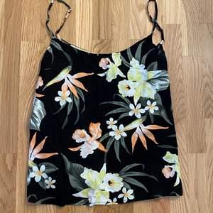 Skönt linne med somrigt mönster på. Svalt och skönt material. Ändats använd ca 2 gånger. 50kr +frakt.