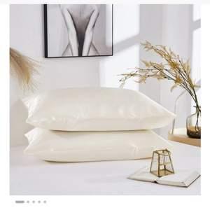 Silke örngott, bekvämt och smidigt, minskar skador på håret, mycket mjukt och glänsande, dess lyster kan lysa på natten, använder till att sova, lämplig för Queen / Standard / KING säng. Material: konstgjord sidan Stil: enfärgad enkel Storlek: 51 * 76cm Tvättanvisningar: tvätta bara med mild tvål och varmt vatten eller torka av med en fuktig trasa nypris 226kr (nu e de rabatt drf står det 109kr) mitt pris 90kr, köparen står för frakten som är 12kr