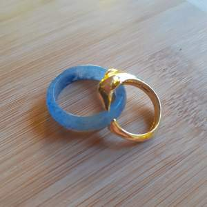 En justerbar guldpläterad delfin ring och en ring i okänd kristall. Kristallkringen är cirka size L eller XL. Kristallringen: 50kr+frakt. Delfinringen för 100kr+ frakt.   Delfinringen är såld:)