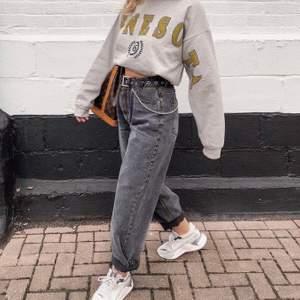 Säljer dessa snygga gråa jeans då dom inte kommer till användning längre💕 köparen står för frakt