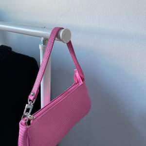 Baguette väska från SHEIN som inte har kommit till användning. Kan skicka men köparen står för frakt