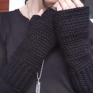 Egenvirkade torgvantar (fingerless gloves) i 100% akrylgarn. Vantarna är värmande med kärlek i varje maska. 🌛🙏🖤 Skickas med posten spårbar eller avh/möte Eskilstuna.