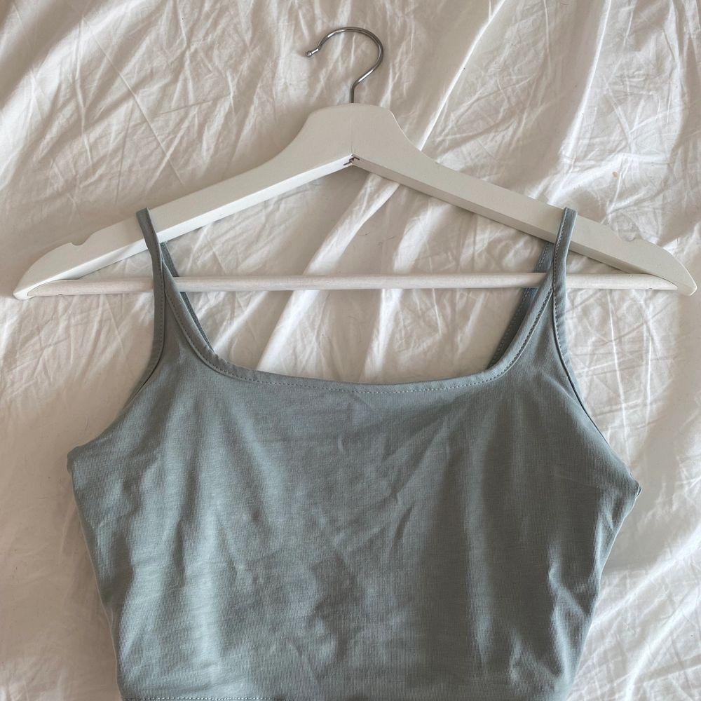 Ett linne från asos som aldrig är använt, linnet slutar över naveln och är i en grön grå färg💚 (står ej för frakten) . Toppar.