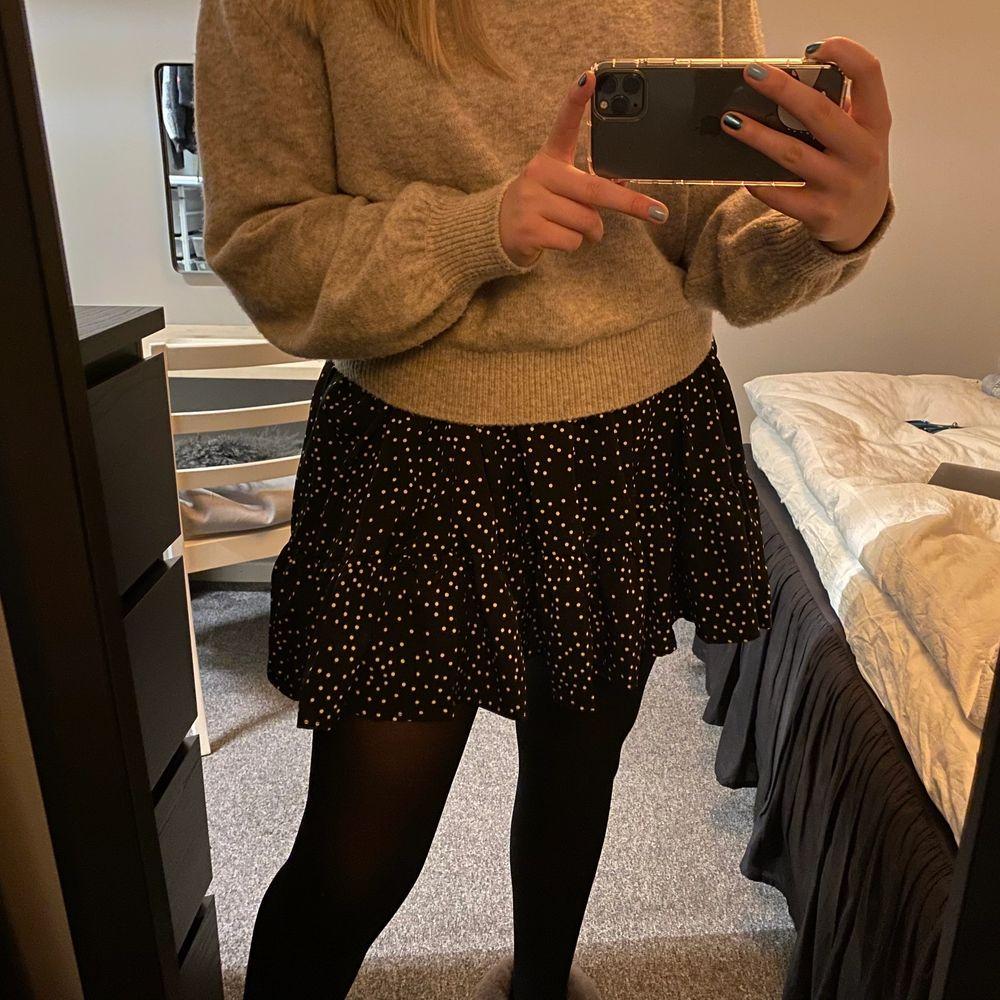 Prickig kjol från shein i storlek M. Aldrig använd då den är för stor men superfin💓 Säljer för 50 + frakt⭐️. Kjolar.