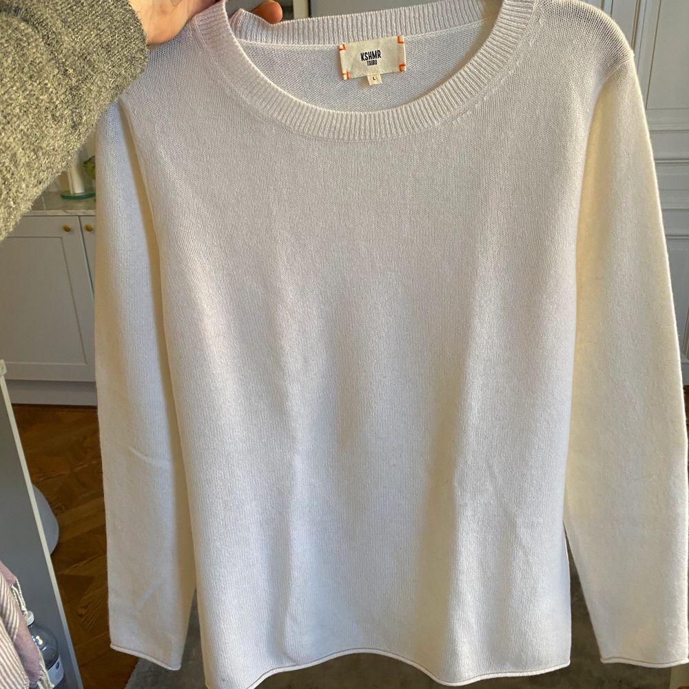 Vit Kashmir tröja. Storlek L men liten i storleken, mer än M eller S om man vill ha den lite mer oversized. Aldrig använd!☺️☺️. Stickat.