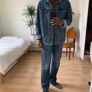 Blå jeans från Levis  Levis blue jeans W32L30 följ @diviinethrift på Instagram för fri frakt modellen är 170cm