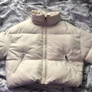 Säljer nu min fina beiga puffer jacket i storlek XS (Frakt tillkommer!)