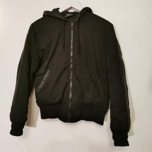 NEW BLACK, Svart bomber jacka med läderdetaljer på huva, fickor och armar. Storlek S. Bra skick.
