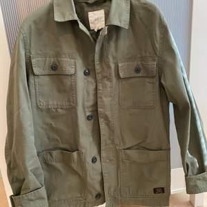 Militärgrön skjortjacka från H&M i strl S. Kan bara posta och köparen står för frakten:)