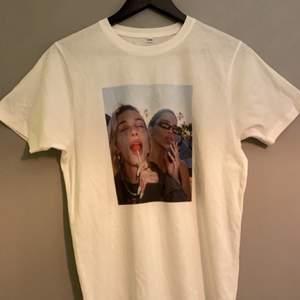 En t-shirt ifrån LUXE med tryck i fram, även på ryggen. Helt oanvänd. Nypris:400. Köparen står för frakt!