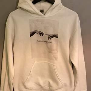 En vit hoodie ifrån emplece. Använd 2 gånger. Nypris:550. Köparen står för frakt!