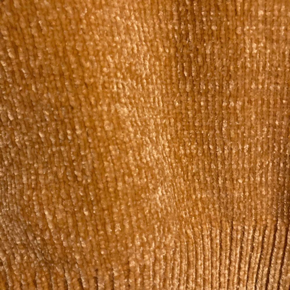 Gul tröja i köttfärs material. Kan skickas. Storlek S. Använd ca 3 gånger. Stickat.
