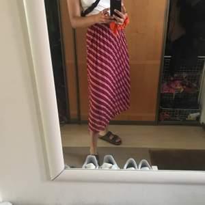 """Säljer denna plisserade kjolen i rosa färger, perfekt i garderoben inför vår och sommar! Den är köpt på Åhléns från märket """"Ichi"""". Utgångspris 200kr, köpare står för frakt🥰"""