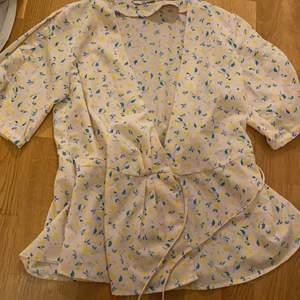 Så fin somrig tröja i riktigt fina färger med blommor på! Endast använd en gång så är i princip som nyskick.