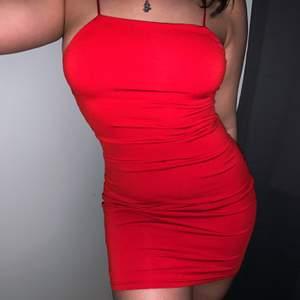 Supersnygg röd klänning, endast använd två gånger!❤️