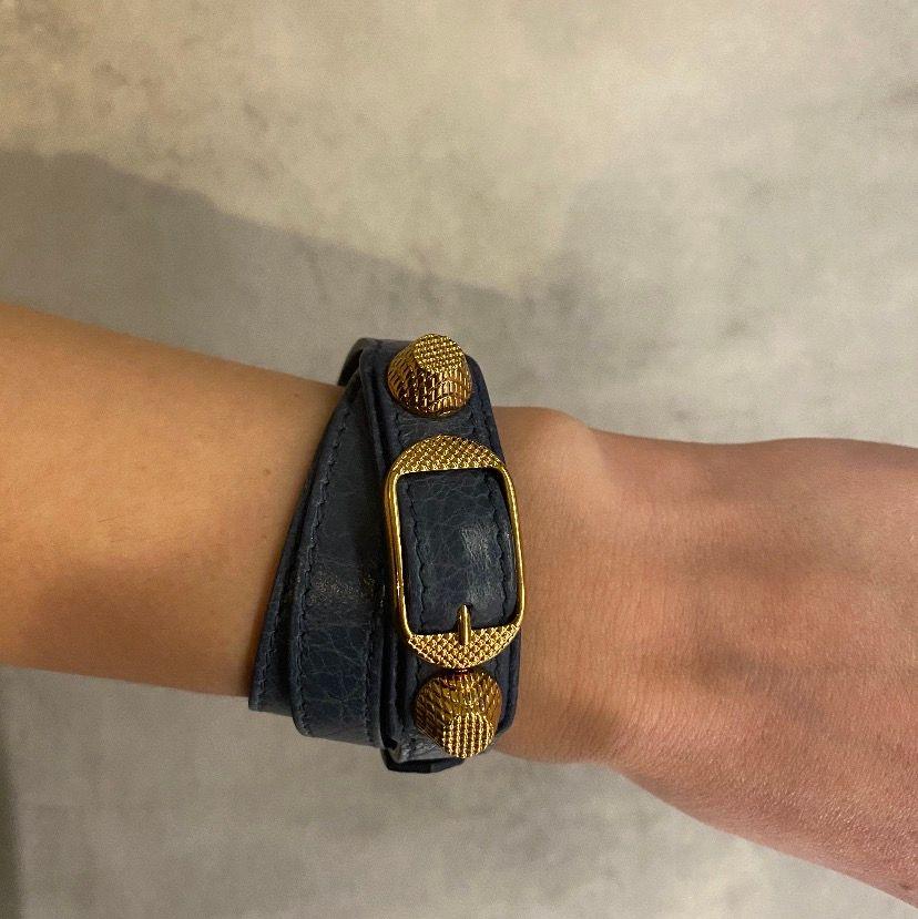 Säljer mitt blåa Balenciaga armband i toppen skick. Tag finns kvar som äktehetsbevis. Frakt tillkommer:) säljer endast vid bra bud). Accessoarer.