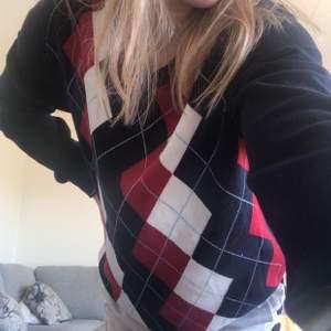 säljer denna trendiga tröja då det inte är min stil! Storlek M men passar från S-L beroende på hur man vill att den ska sitta🥰 köpare står för frakt